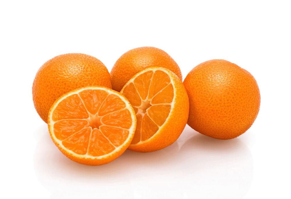 #橘皮水是否可以浇花    橘子皮里含有丰富的维生素C和香精油,其性质显酸性,用橘子水浇花可以改良碱性土壤,祛除花盆异味,显出清新的香味,同时也可以补充花卉生长所需营养。  橘皮水是否需要稀释  取50g鲜橘皮,加入1000g清水浸泡24小时后即可直接浇花。   #橘皮水浇花方式    1.打成汁液。取2-3个橘子或橙子等柑橘皮放入搅拌机,加入一杯清水一起搅拌,把橘皮渣过滤掉之后就可倒在盆栽中。这样制成的汁液可以驱赶蚂蚁,既环保又健康。  2.擦拭叶片。用新鲜的柑橘皮擦拭植物叶面,可以让叶面更有光泽,也可以让植物少受害虫的侵扰。  3.泡水浇灌。把橘皮放在水中泡一天后即可浇花,最好一次性浇完。  4.橘皮可以埋在土里做花肥。   #橘皮水适用花卉    橘皮水属微酸性肥水,适合喜酸植物,如杜鹃、含笑、白兰、茉莉、栀子、桂花、腊梅、象牙红等。