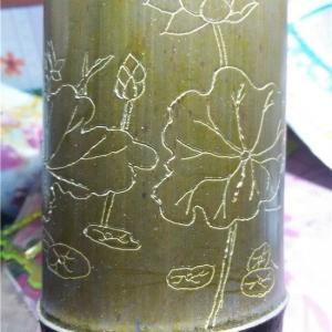 先上一张手工雕刻竹筒花盆效果图,还不错吧!本人是幼师,平时喜欢手工制作,对画画只会点点皮毛,画得不好,大家将就着看看哦。     废话不多说,下面开始介绍手工雕刻竹筒花盆制作过程。  制作竹筒花盆,首先你得有竹子啊。前段时间回乡下砍了一根很长的竹子,选取了几段满意的部分。         我老公在帮我锯竹子,并把锯好的竹筒用刷子洗刷干净,然后晾干,再然后就可以开工了。这里要表扬我的老公,对我的爱好不管是口头上还是行动上都非常支持。自从入了多肉这个坑后,做花架、花盆打孔、装河沙煤渣什么的都是我老公帮我的。这样的好老公应该多找两个的,哈哈……(傻笑中)。好像跑题了啦,言归正传。         先用铅笔在竹筒上画上喜欢的图案,我画的是荷花,因为荷花象征高洁、清廉、吉祥等美好寓意,送人很合适哦。画好图案之后就可以开始雕刻了,我是用电磨机先把图案的线条雕刻出来。     我用的电磨机就是这种迷你型的,操作起来比较方便,有一盒针头可供挑选。不过还是有点点重量的,雕刻久了手会酸,所以不要着急,休息会再继续。             雕刻好线条之后就慢慢的把线条边上的打磨掉,做成浮雕的感觉。(也可根据个人喜好只雕刻线条)  先用磨针把线条周边小的地方打磨好,再用砂纸轮打磨剩下大的地方,这样打磨起来比较快。         我做的是竹筒花盆是水桶式的,上方横着的竹条是先钻孔,再用螺丝固定的。         全部打磨好后喷一层液体蜡,可起到亮光、防水的作用。       到这里,竹筒花盆就大功告成啦,最后种上喜欢的植物就可以了。               之后还打算制作一些种肉肉的花盆,就先写到这里了,期待我之后的作品吧!(以上照片都是手机拍摄,相素不高,没办法,为了省钱买肉啊,就不买相机了。)