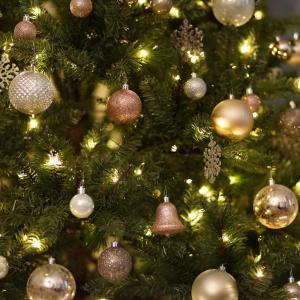 How to Hang Christmas Lights on Your Tree?