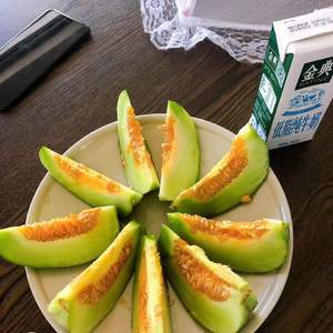 香瓜,每年一两个,脆甜。
